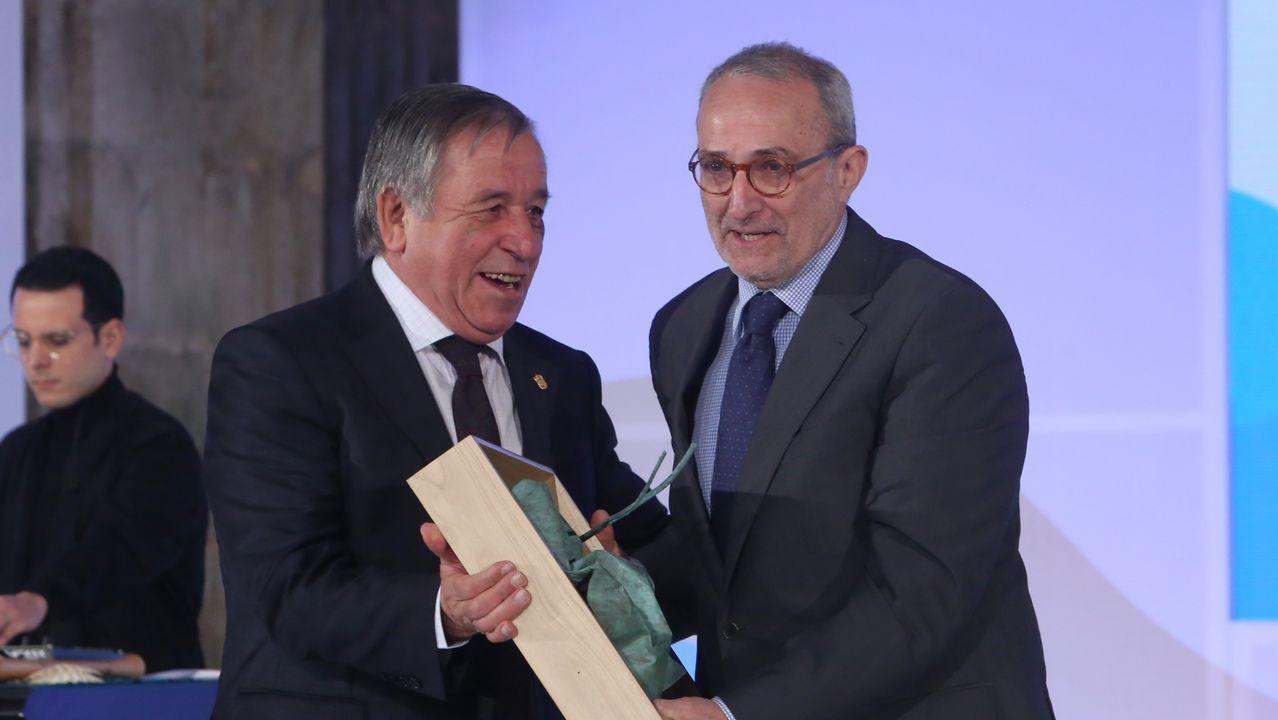 O alcalde de Montederramo, Antonio Rodríguez, entregou o premio a asociación O Sorriso de Daniel. Recolleuno Antonio Diéter