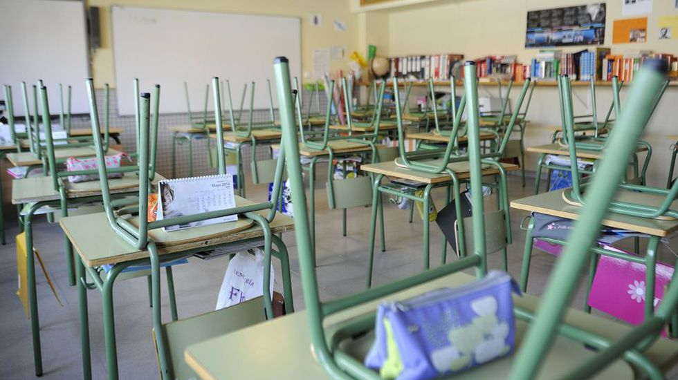 Concentración de interinos docentes frente a la Junta General.Las aulas de los colegios no cierran en verano