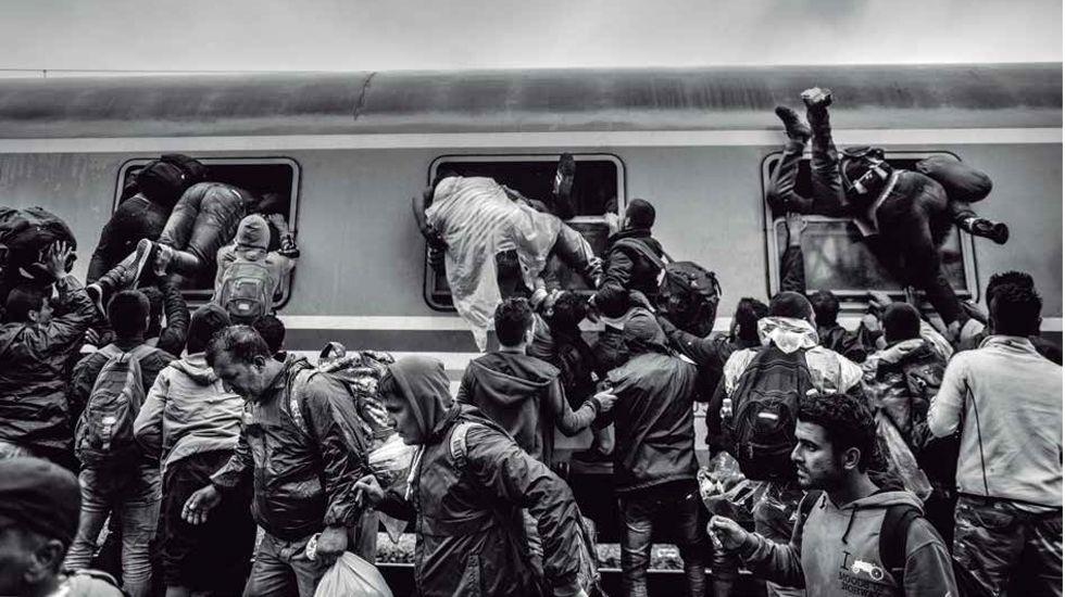 Tovarnik, Croacia 19-9-2015 Inmigrantes tratando de xubir a un vagón de tren. Foto de Manu Brabo premiada con el Memorial Joaquín Bilbao