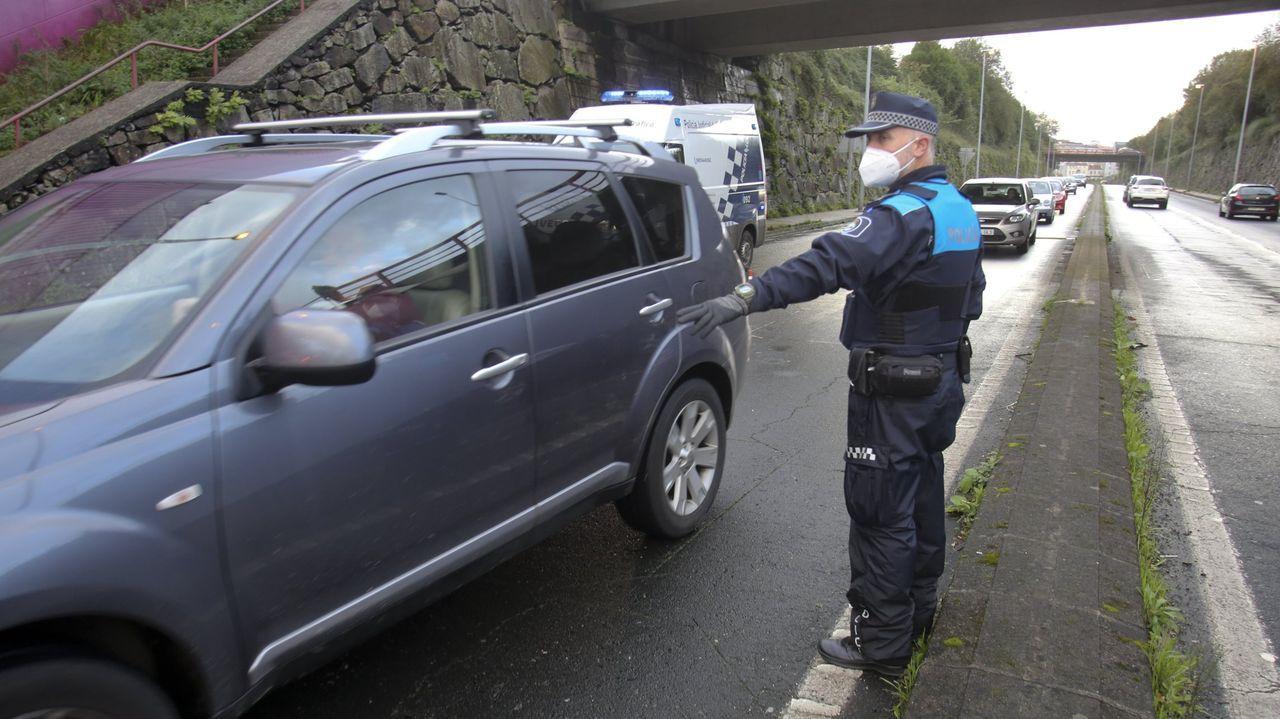 Agentes de la Policía Local de Ferrol en un control en la carretera de la Trinchera