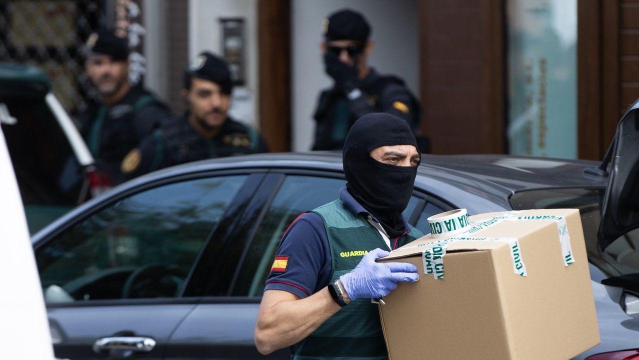 Agentes de la Guardia Civil el pasado 23 de agosto durante el registro de un domicilio en la operación coordinada por la Audiencia Nacional contra el Equipo de Respuesta Táctica de los Comités en Defensa de la República