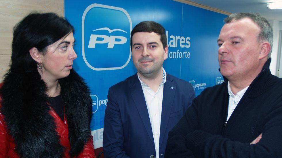 Miguel González Lemos, a finales de enero en la sede monfortina del PP con Elena Candia y Carlos Armesto en su presentación como candidato a la alcaldía de Monforte