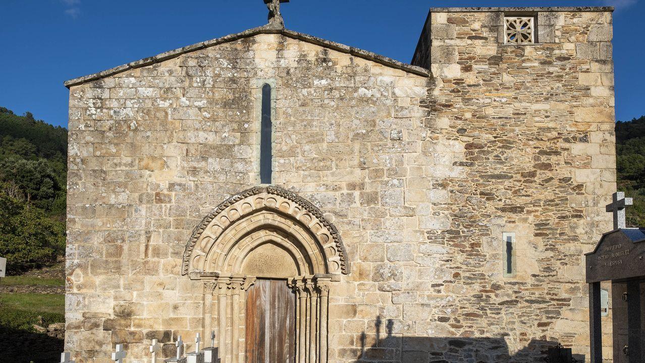 Fachada principal de la iglesia de Santo Estevo de Atán, que perteneció a un monasterio desaparecido