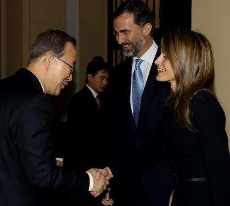 El rey vuelve «para dar guerra».Los príncipes, el pasado jueves, recibiendo al secretario general de la ONU, Ban Ki-moon, en el palacio del Pardo con motivo de la jornada de Naciones Unidas en Madrid sobre el hambre.