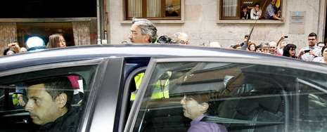 Rosario Porto, ya detenida, durante el traslado en un coche de la Guardia Civil para realizar un registro la pasada semana en su vivienda de Santiago.
