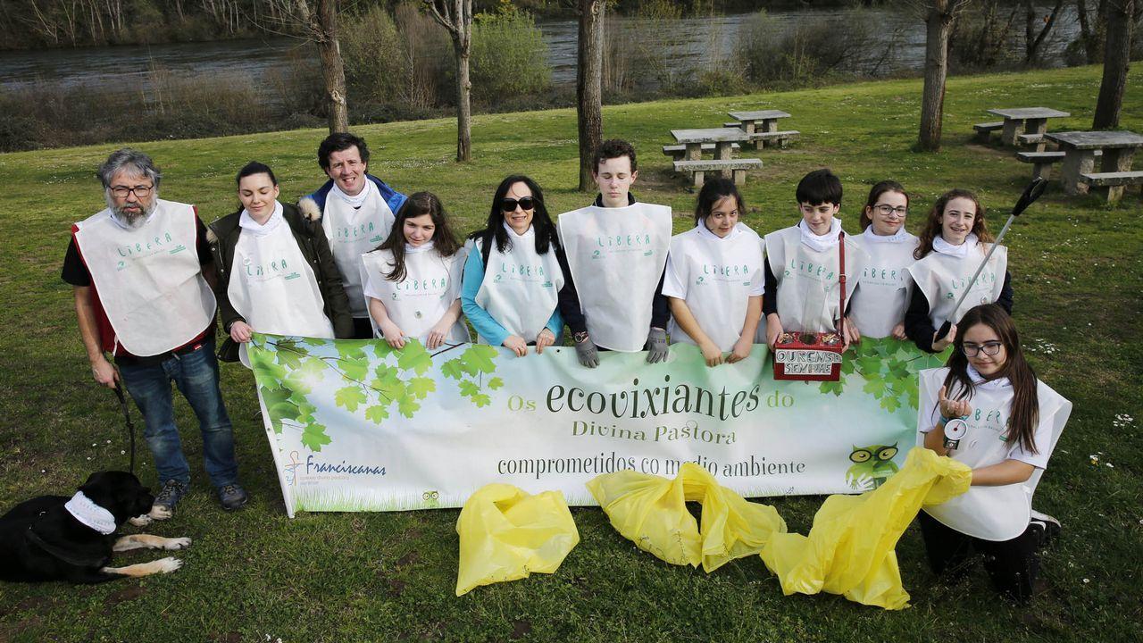 Voluntarios limpian 25 espacios naturales en Galicia.Jornada de limpieza en las playas de A Ermida, Osmo y A Arnela, con la asociación de vecinos