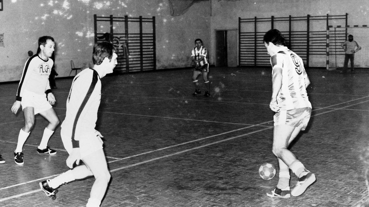 Un partido de fútbol sala celebrado en el 1981, cuando todavía funcionaba el pabellón
