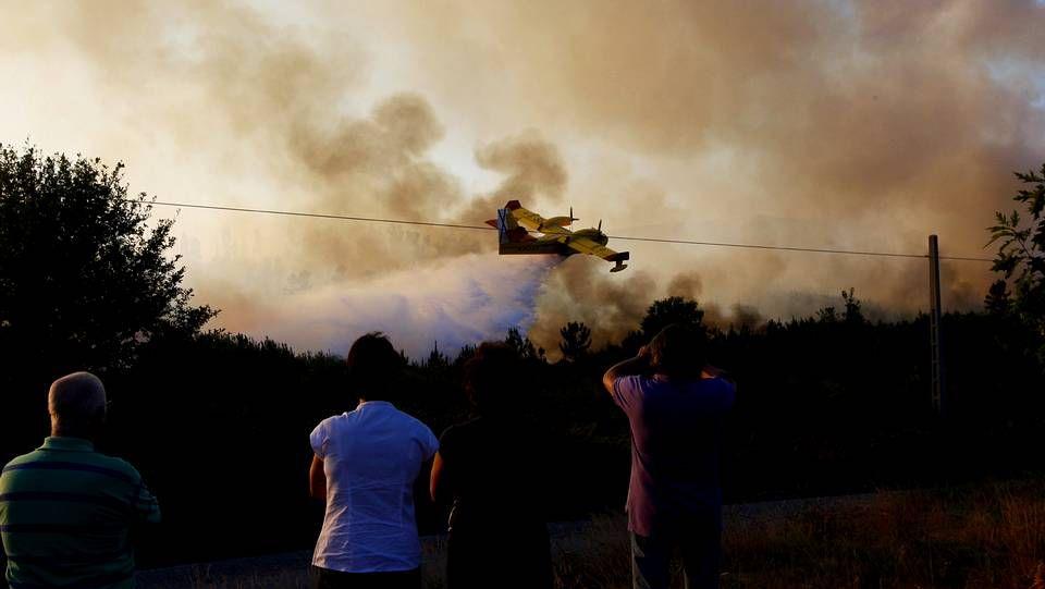 El entrenador de la selección, con Pazos.Incendio forestal en Pazos de Borbén.