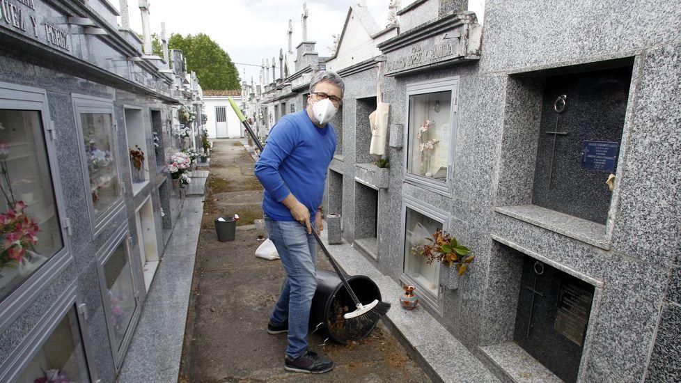 Uno de los vecinos que se acercaron al cementerio municipal de Monforte coincidiendo con su reapertura
