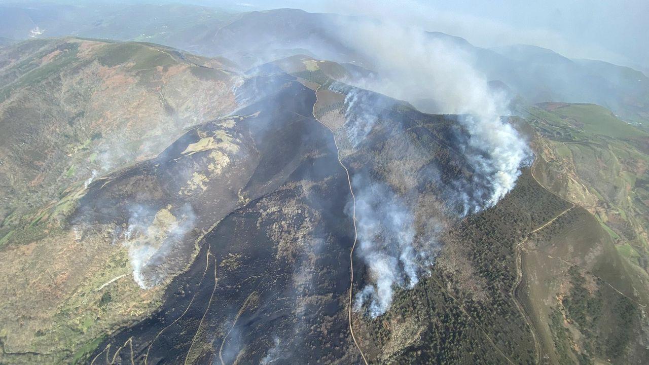 Brigadas de Lugo y León apagan un incendio forestal en el límite entre comunidades.Una vista aérea del incendio de Meiraos tomada por los servicios de extinción