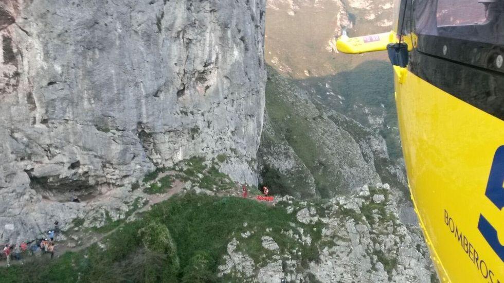 Dos montañeros contemplan las vistas desde la vega del Urriellu, en Picos de Europa.Rescate de montaña en Morcín