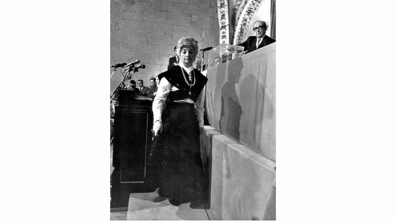 A deputada de UCD Enma González Bermello acudiu á primeira sesión vestida co traxe tradicional galego