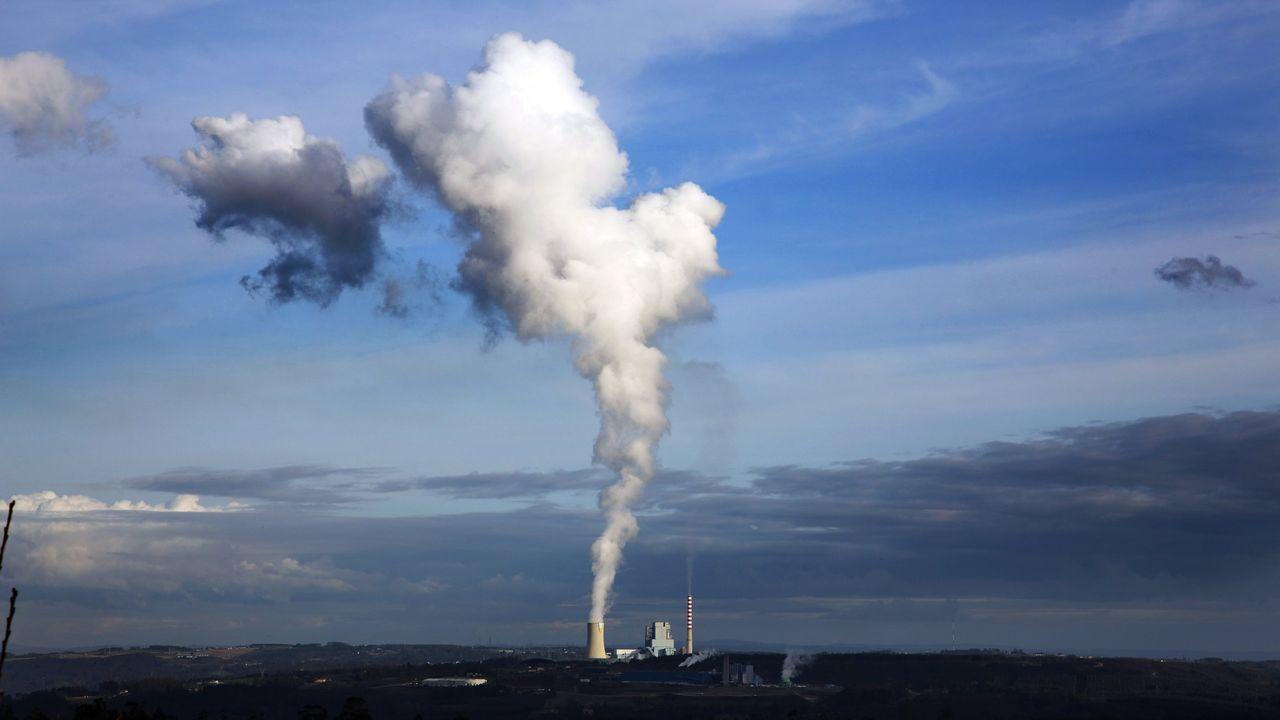 Meirama, en enero, en funcionamiento; aunque la humareda impresiona, es vapor de agua; las emisiones contaminantes salen por la chimenea más pequeña y delgada