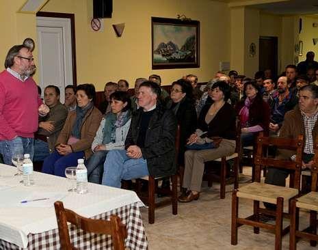 La fábrica en imágenes.Algunos de los propietarios de las fincas participaron anoche en una reunión en Muxía.