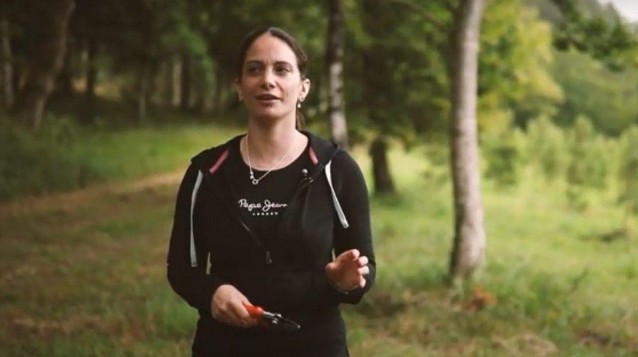 Las mujeres del sector forestal.La pintora Carmen Pernas, con el que fue su instituto, el IES Sánchez Cantón de Pontevedra, al fondo