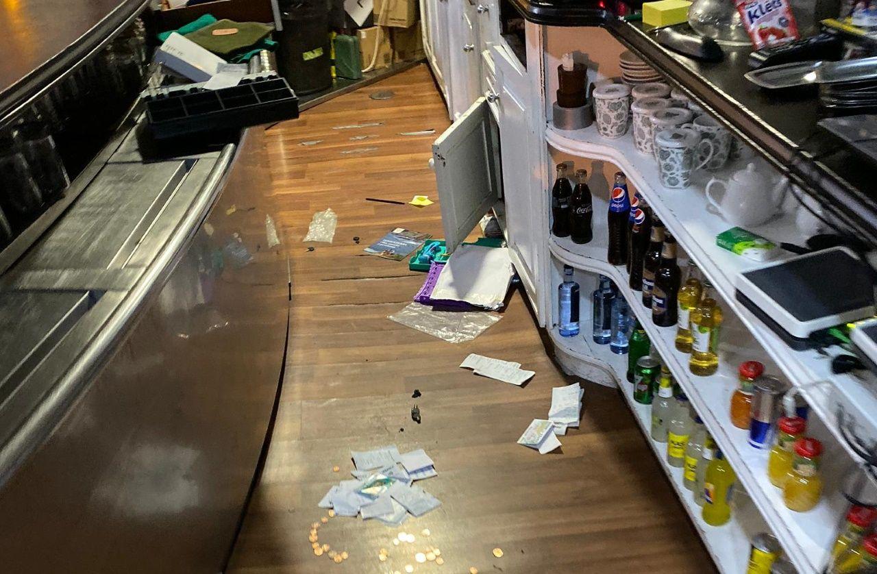 Los destrozos que generó el delincuente en el bar Birras.ELECCIONES GENERALES 10N