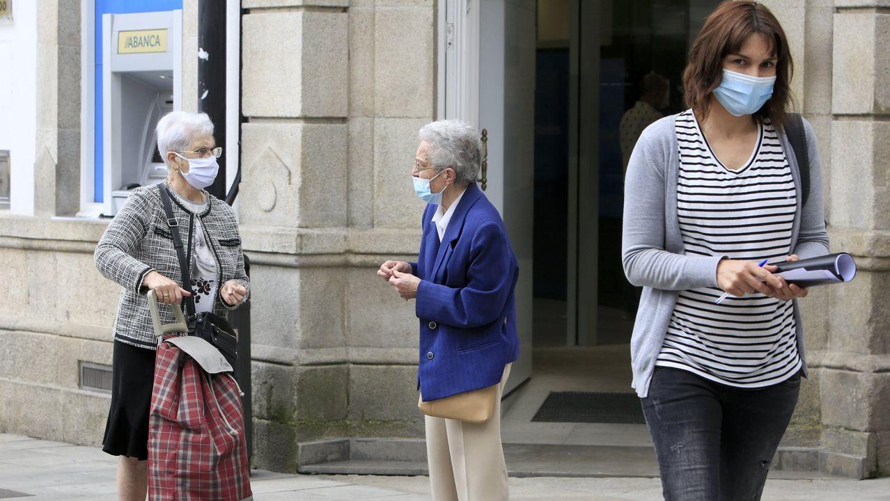 Foto de archivo de gente mayor en las calles de Lugo