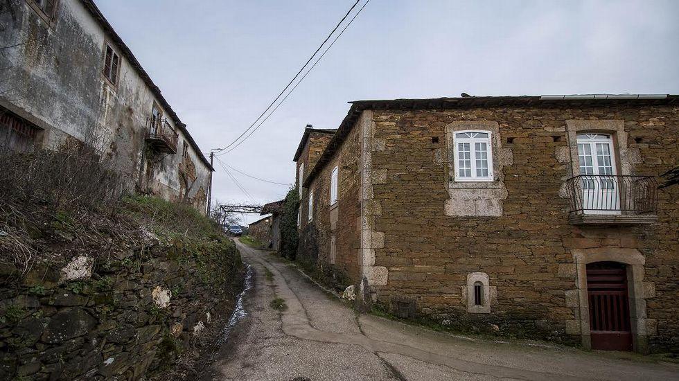 Casas de Supereiro (izquierda) y Fidalgo (derecha), en el pueblo de San Mamede