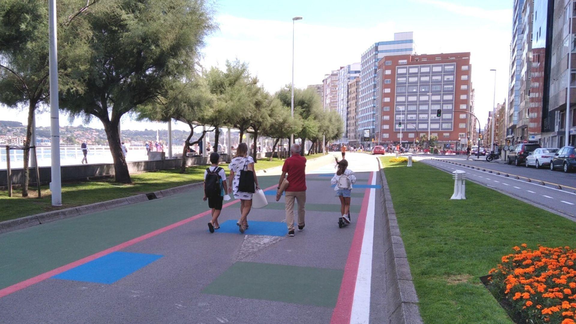 paseo muro de san lorenzo gijon.Paseantes por la nueva zona peatonal habilitada de manera provisional en la calzada del Muro de San Lorenzo