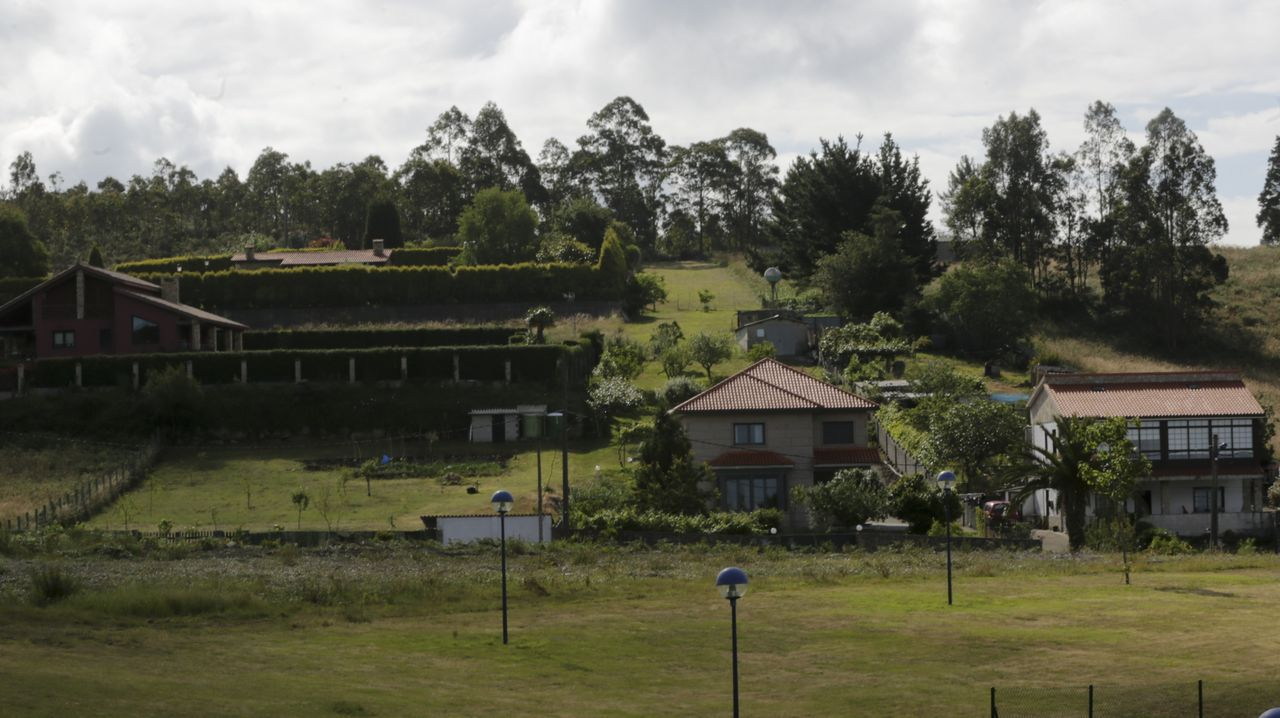 mili.Imagen de archivo de un grupo de peregrinos ante el albergue público de Betanzos
