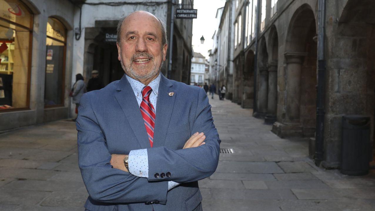 En directo: comparecencia del conselleiro de Sanidade.Dos personas con mascarilla, por las calles de A Coruña