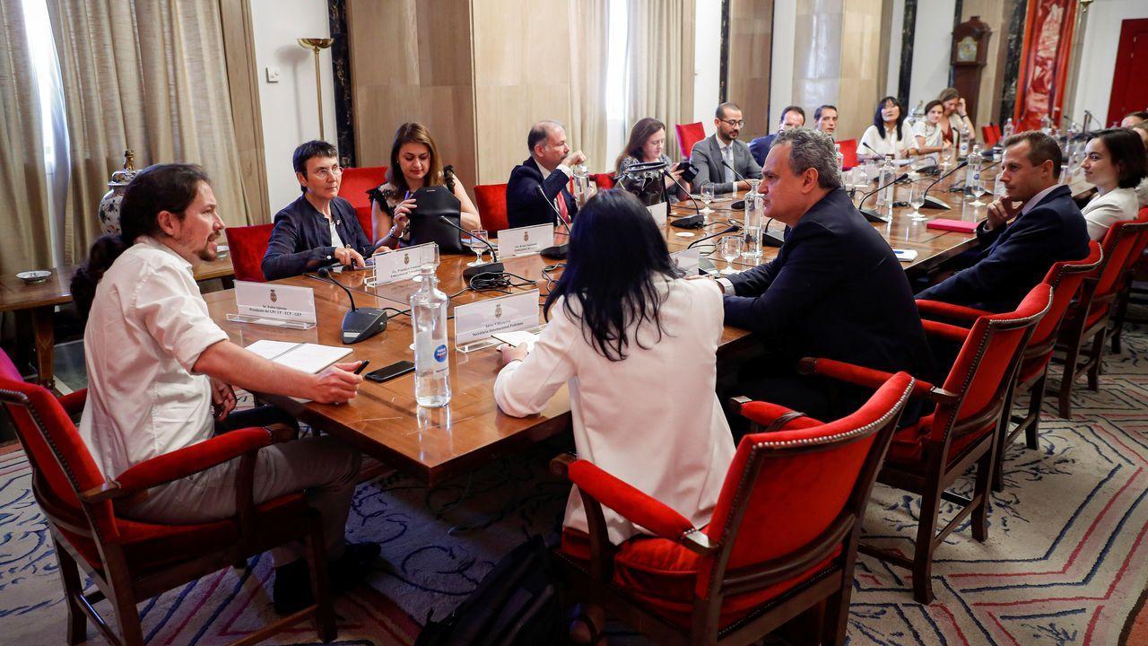 El líder de Unidas Podemos, Pablo Iglesias, y la secretaria de Internacional del partido, Idoia Villanueva, con embajadores y diplomáticos europeos