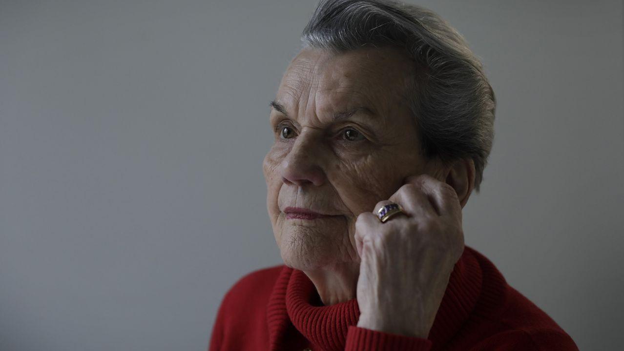 A pesar de que tiene cuatro hijas, Carmen Vázquez Oubel vive sola en su piso de A Coruña desde que enviudó. Fue una elección suya, vivir en su casa. Es autónoma y cuenta con servicios como el de teleasistencia de la Cruz Roja por si surge un imprevisto