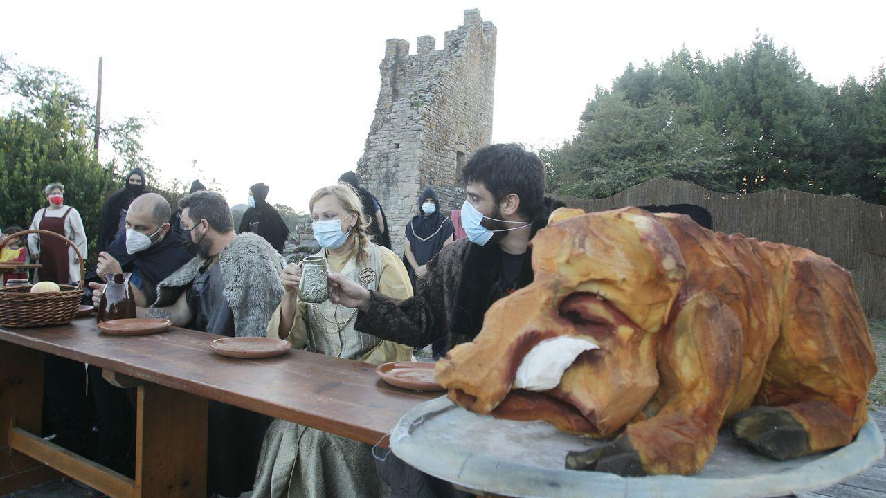 Os vikingos chegaron a Catoira pese ao covid.Un grupo de actores, ensayando anoche la pieza bajo las Torres