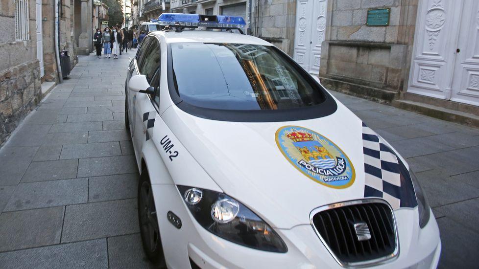 Imagen de archivo de una patrulla de la Policía Local por las calles de Pontevedra