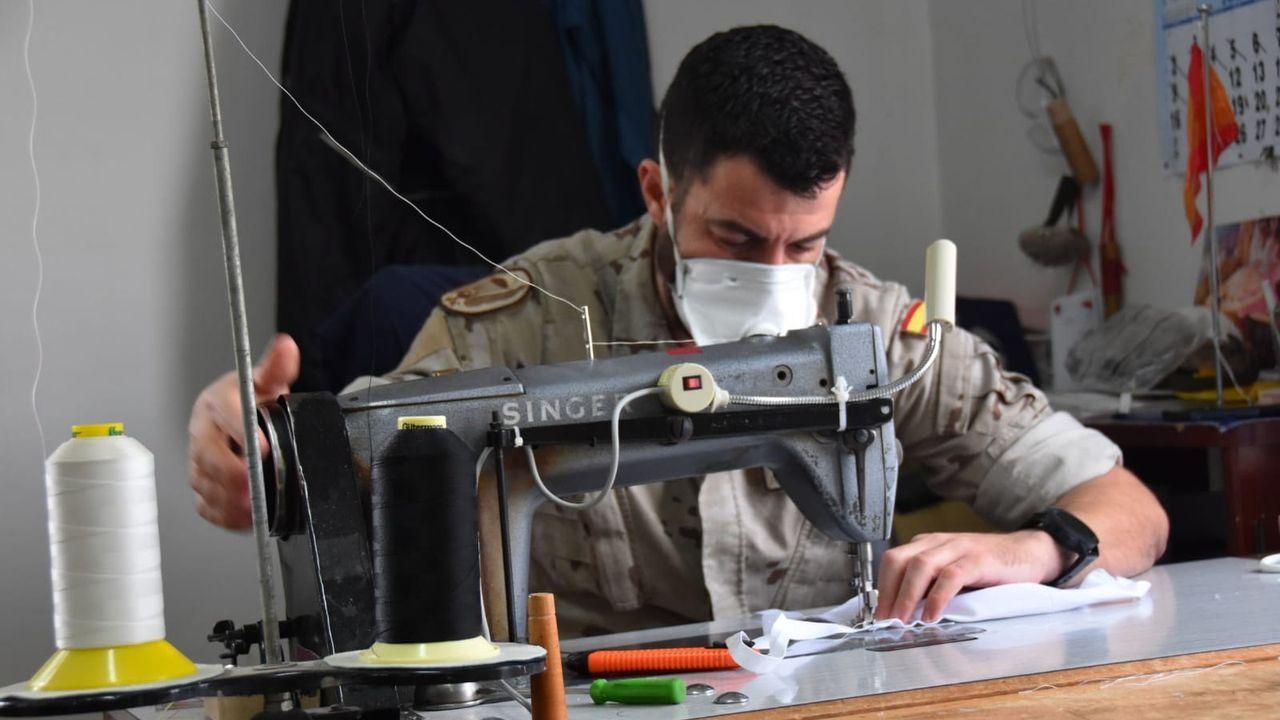 Un militar de la base de Murcia prepara mascarillas con la máquina de coser