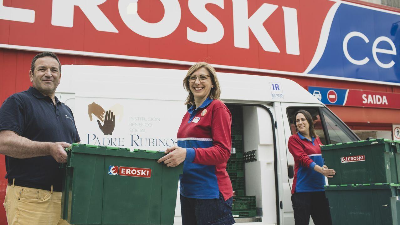 La ganadera asturiana que cautivó al jurado de los premios Zoetis Ganadería en femenino.Eva Freire, con el cartel que anuncia el nuevo servicio de comida para llevar y un plato de poke