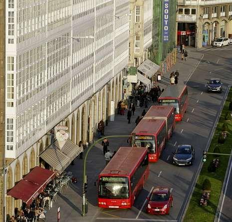 Diversión en Voz Natura.Tres autobuses urbanos en la parada de la avenida de la Marina.
