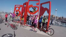 Participantes en una de las actividades de «La Isla de los Deportes» en el muelle de Gijón