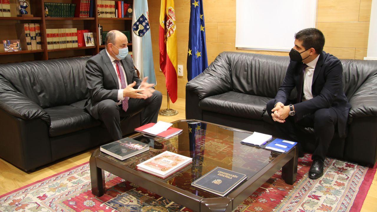 Reunión del delegado de la Xunta, Gabriel Alén, con el presidente de los empresarios de San Cibrao, José Antonio Rodríguez