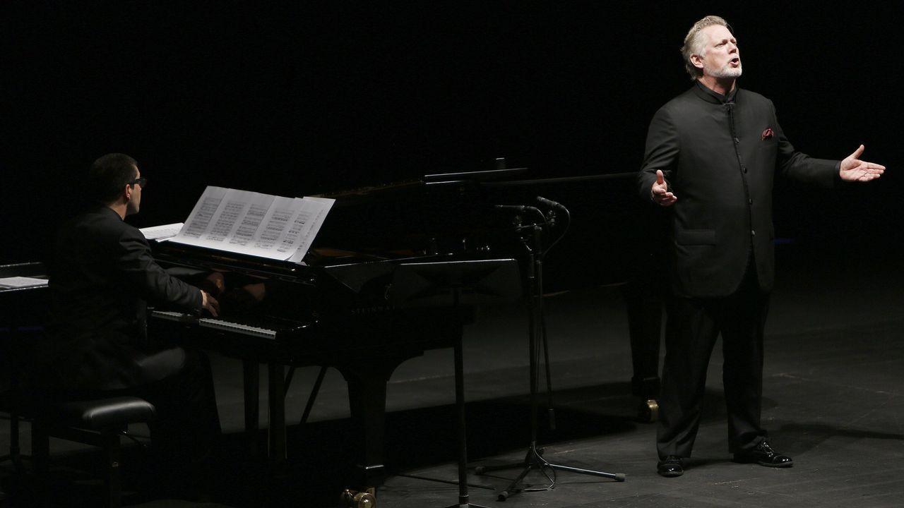 Agustín Almodóvar junto a Esther García posando con el Premio Goya a la mejor dirección por Volver en nombre de Pedro Almodóvar