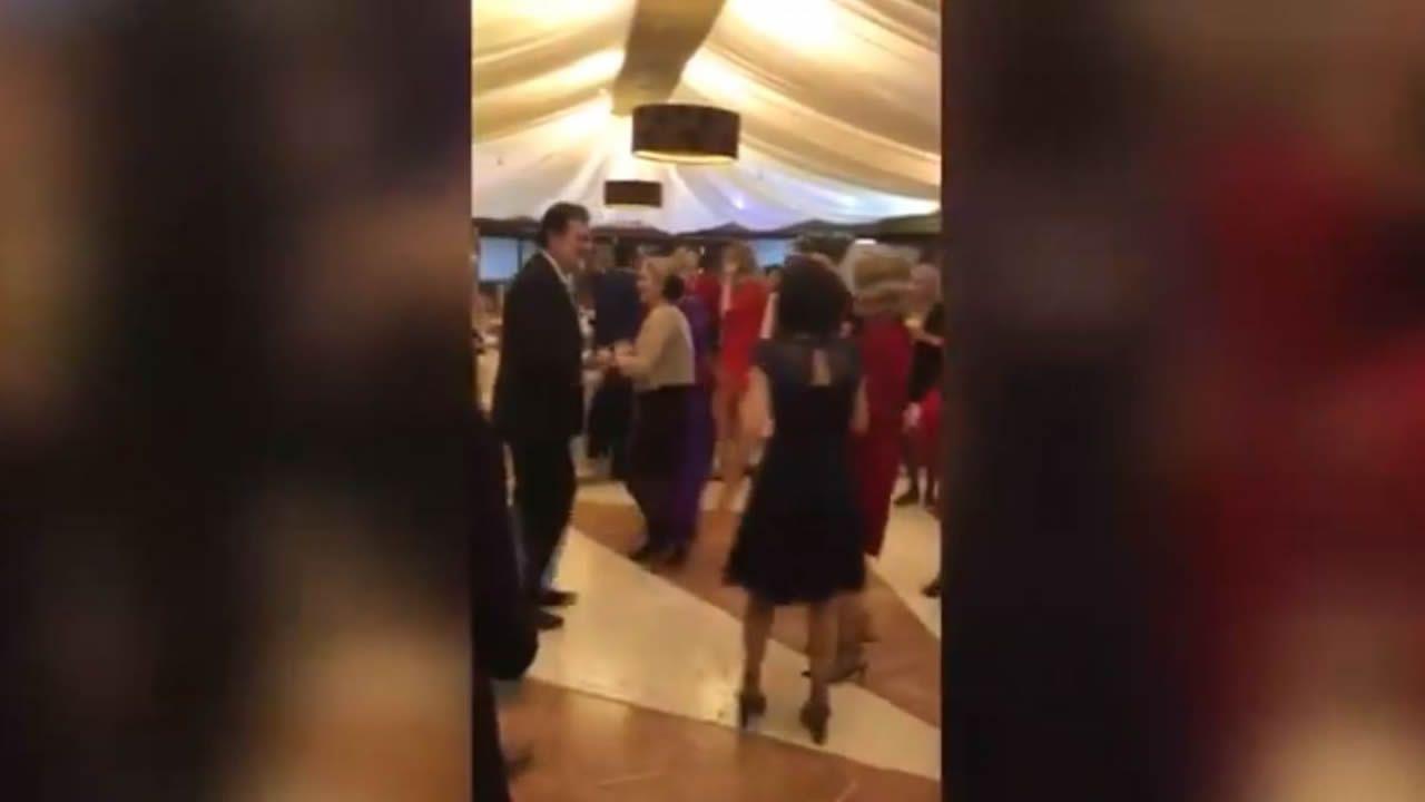 Mariano Rajoy bailando «Mi gran noche» de Raphael.MELENDI, EN CONCIERTO