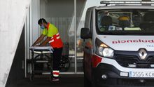 Un conductor de ambulancia prepara una camilla en la estación pediátrica, instalada en el exterior del Hospital Universitario Central de Asturias (HUCA)