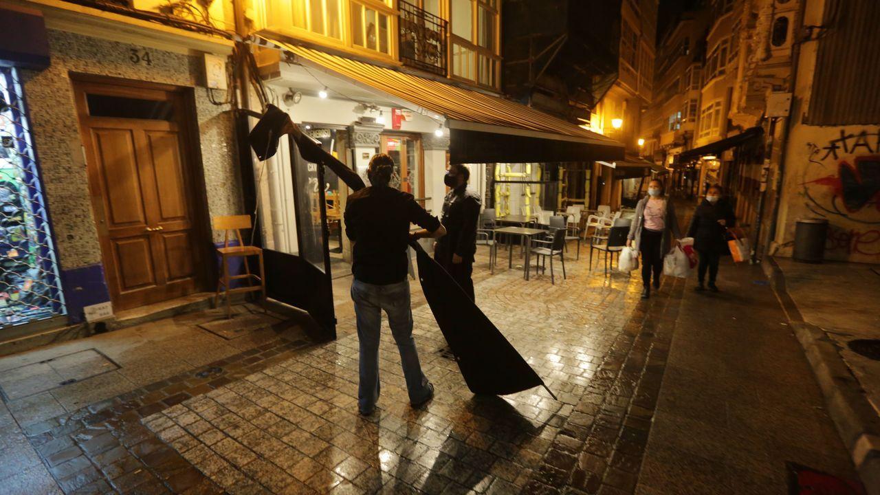 Los hosteleros coruñeses recogiendo sus locales