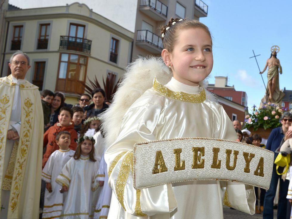 La increíble Semana Santa dos Nenos en Viveiro.Por la mañana salió en Ribadeo la Procesión del Ángel.
