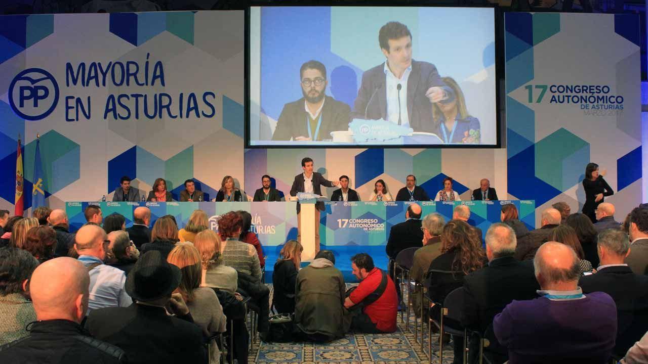 Pedro Sánchez escucha cómo Javier Fernández atiende a los medios de comunicación, durante una visita a Asturias.Pablo Casado en la clausura del congreso autonómico del PP de Asturias