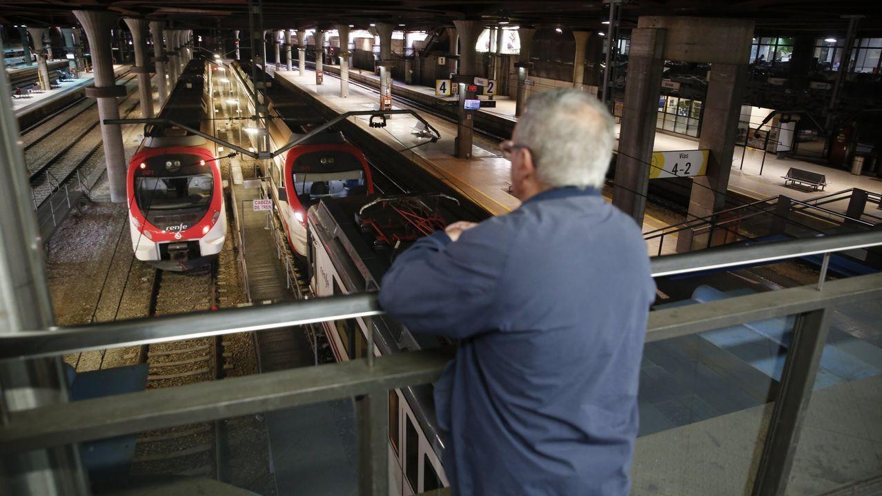 pasajero, autobús, bus, Asturias.El diputado Néstor Rego estuvo acompañado en la estación de tren por representantes del BNG en la comarca