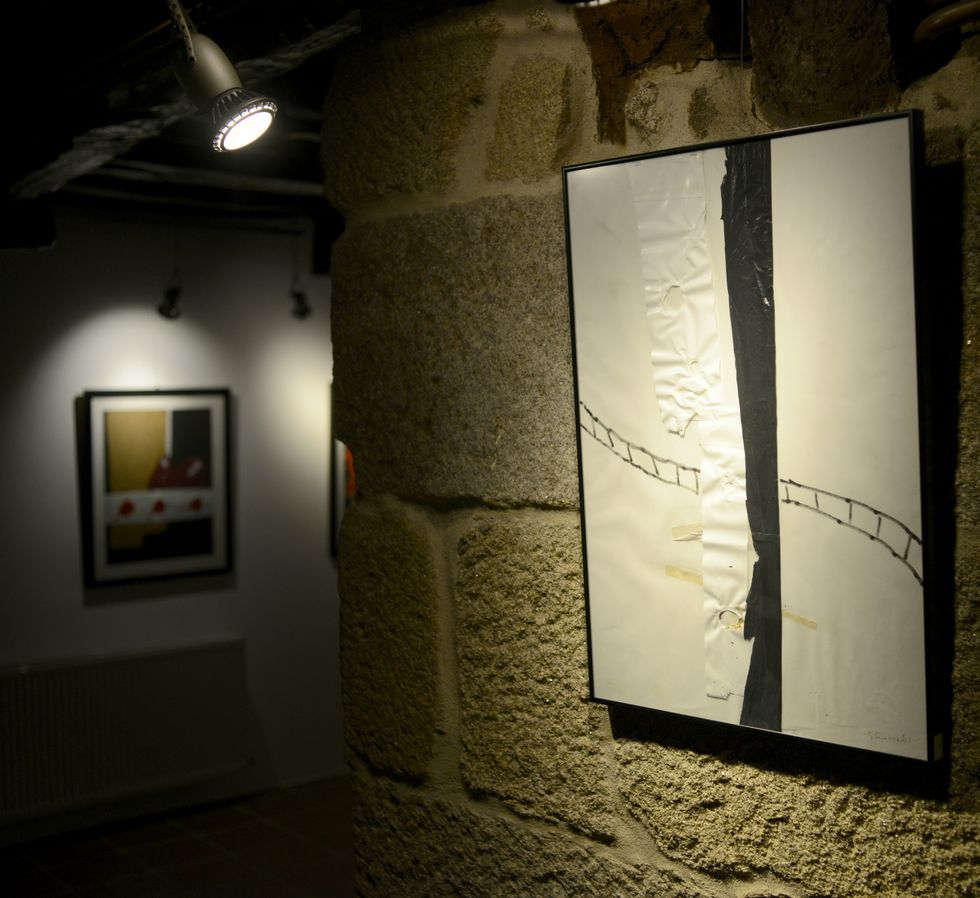 La exposición recoge 23 colajes de Gonzalo Suârez.