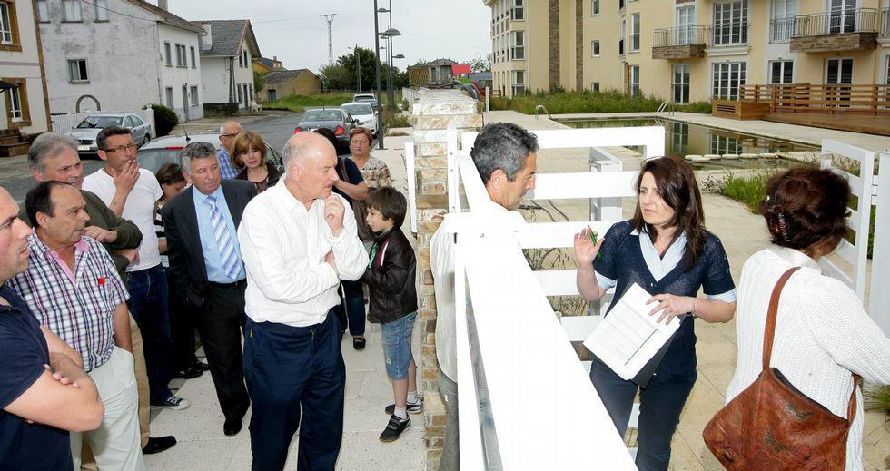 Importantes colas de potenciales compradores se registraron en junio del 2012 ante una urbanización de pisos de Barreiros.