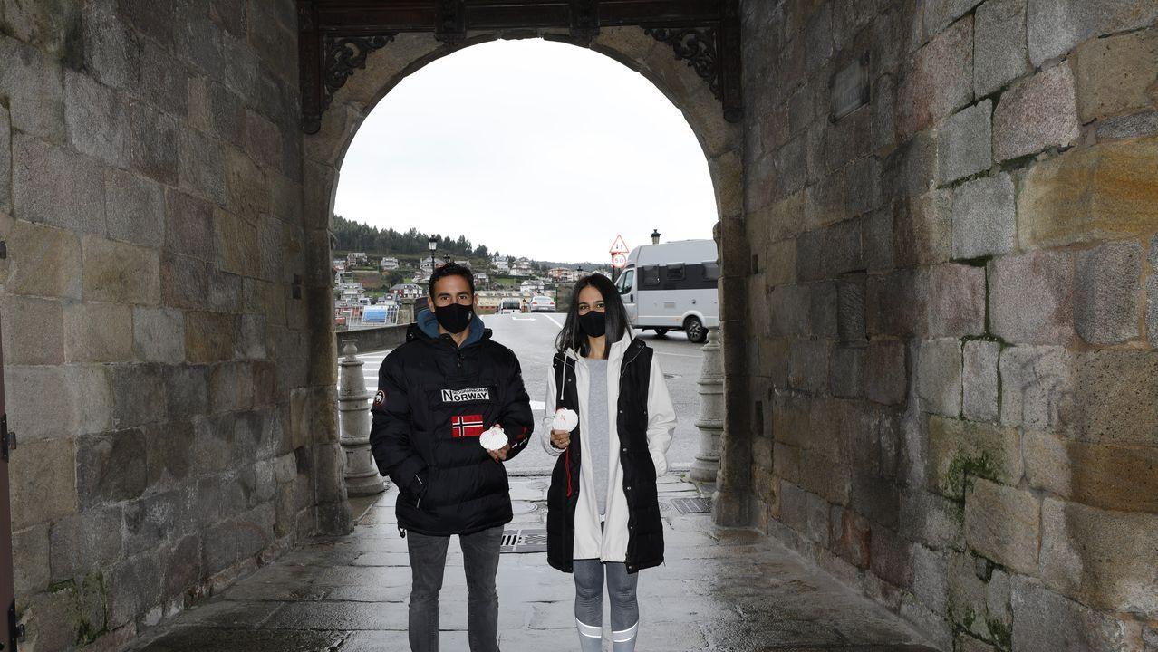 Manuel e María, unha parella de peregrinos que completou recentemente o Camiño do Mar desde Viveiro, que atravesa a Porta de Carlos V, en imaxe