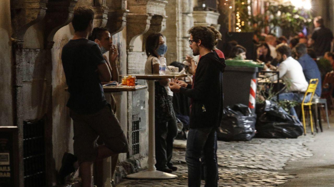 Usuarios de terrazas, ayer, en el distrito romano de Trastevere