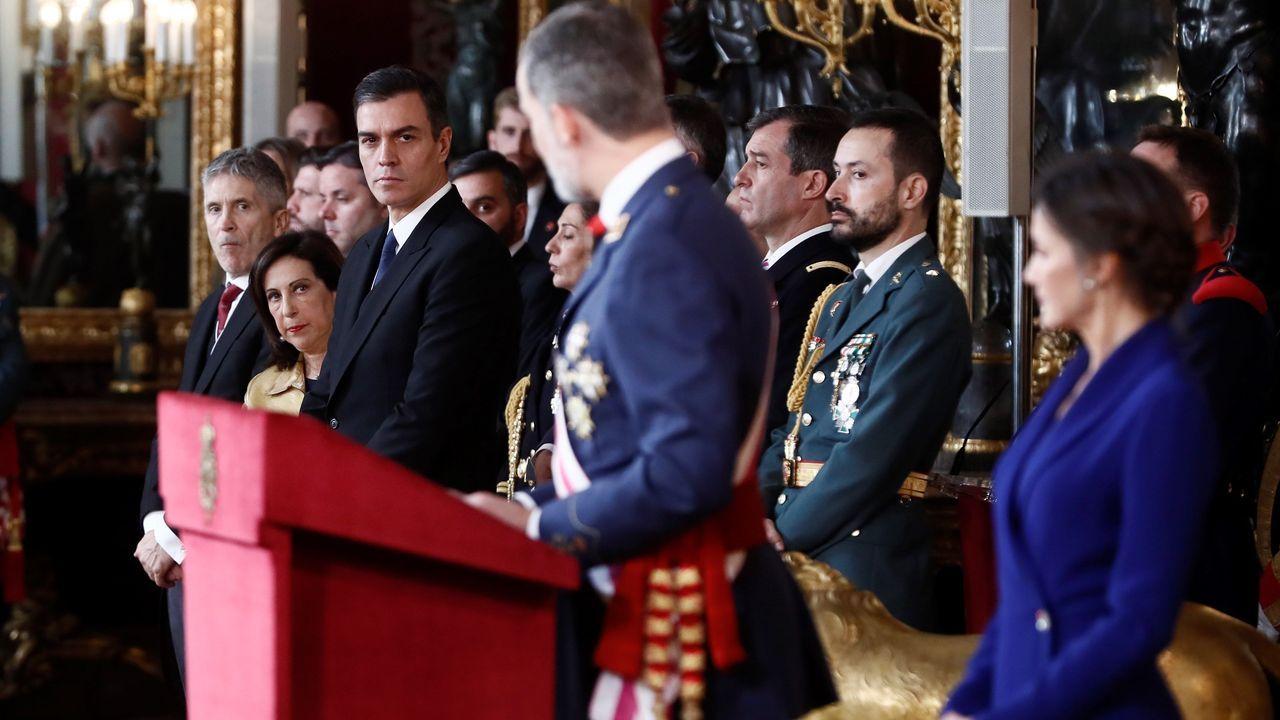 Emotiva entrega de un ramo de flores a la diputada con cáncer Aina Vidal.Felipe VI mira a Pedro Sánchez y a los ministros de Defensa, Margarita Robles, e Interior, Fernando Grande-Marlaska