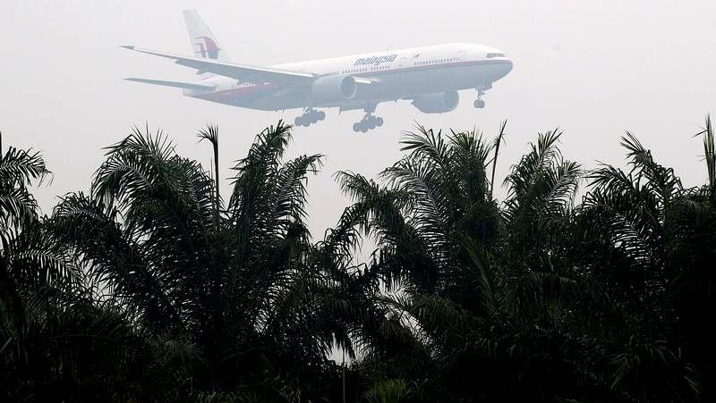 Un satélite capta imágenes de posibles fragmentos del avión de Malasia.Miembros de las Fuerzas Aéreas malasias rastrean el mar desde una aeronave.