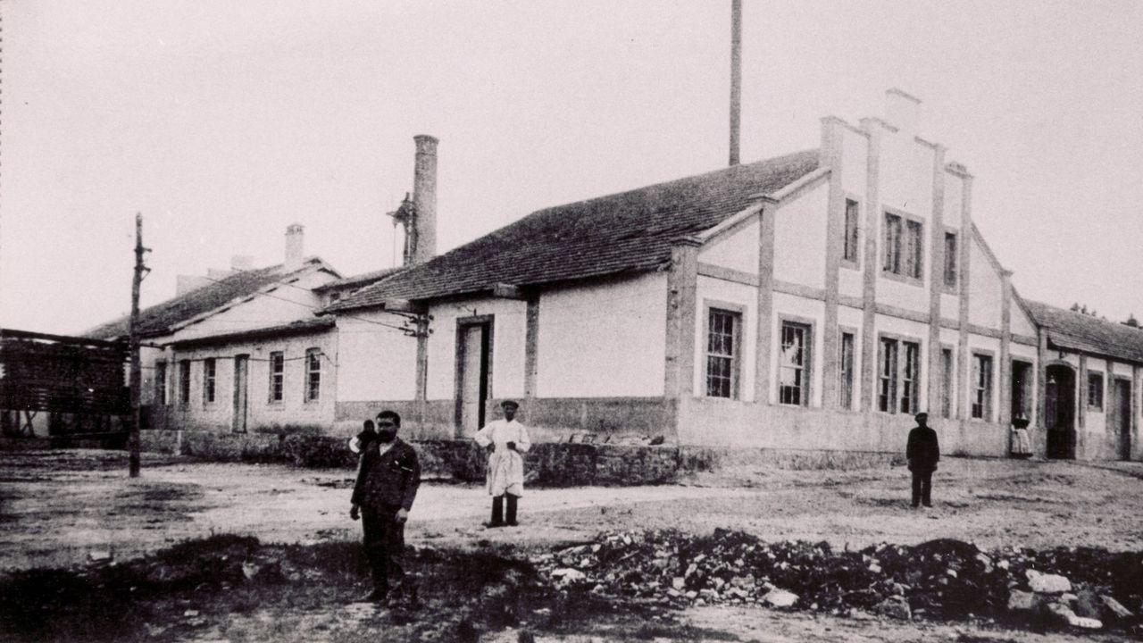 Dos soldados republicanos ponen flores en 1937 en la tumba del periodista Luis Higón y Rosell, «Sirval», asesinado en Oviedo tres años antes