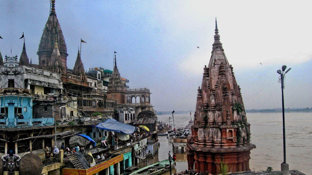 Las torres de Benarés, a orillas de un muy crecido Ganges, el río sagrado de los hindúes