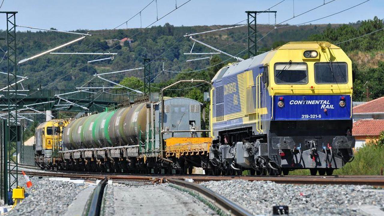 Los vecinos de Seixalbo soportan de madrugada las obras del AVE.Tren que se utiliza en el lavado de túneles